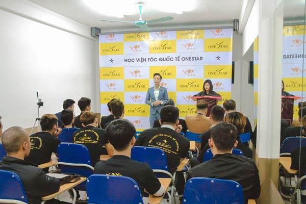 Một buổi khai giảng ở trường dạy nghề tóc OneStar