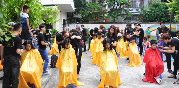 (Thực hành cắt tóc miễn phí trên tóc thật tại các chi đoàn địa phương)