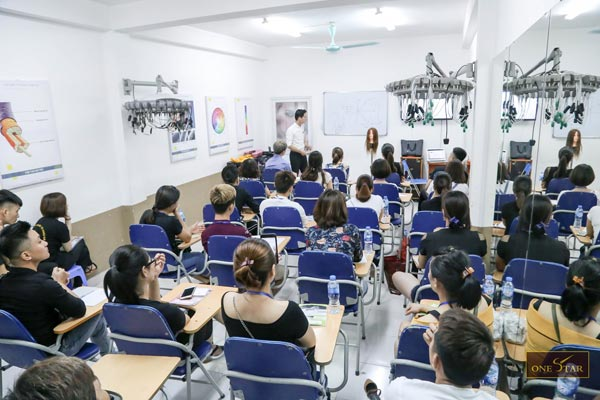Hình ảnh 1 buổi học tại trung tâm của học viện tóc OneStar ở Hà Nội