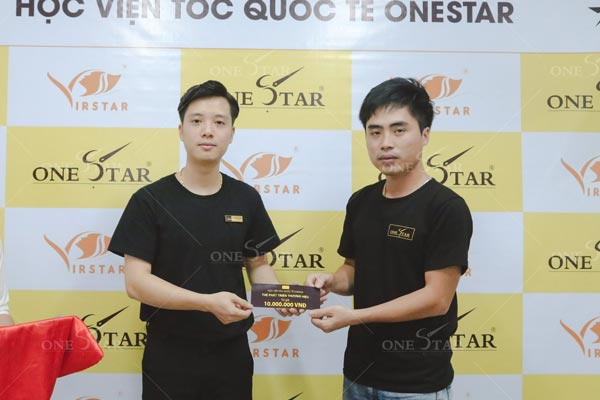 Thầy Vũ Thanh Tùng trao tặng thẻ phát triển thương hiệu cho học viên