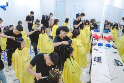 học viên thực hành cắt trong khoá học cắt tóc thợ chính