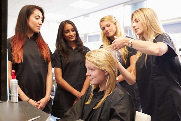 Học cắt tóc ở Salon học viên sẽ học bằng cách xem chủ làm trực tiếp trên khách hàng