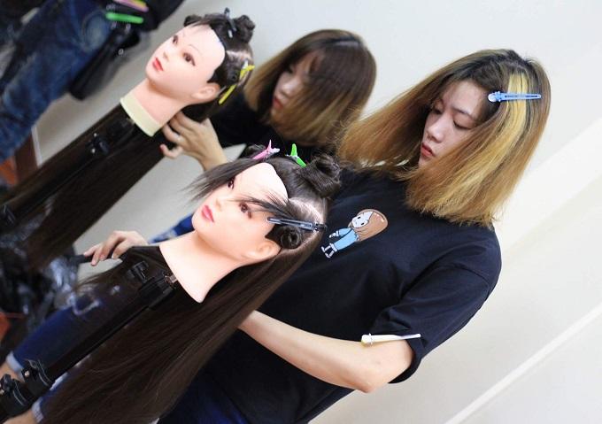 Học cắt tóc ở Điện Biên 1