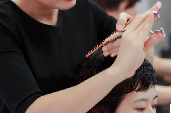 Học cắt tóc ở Nghệ An 3
